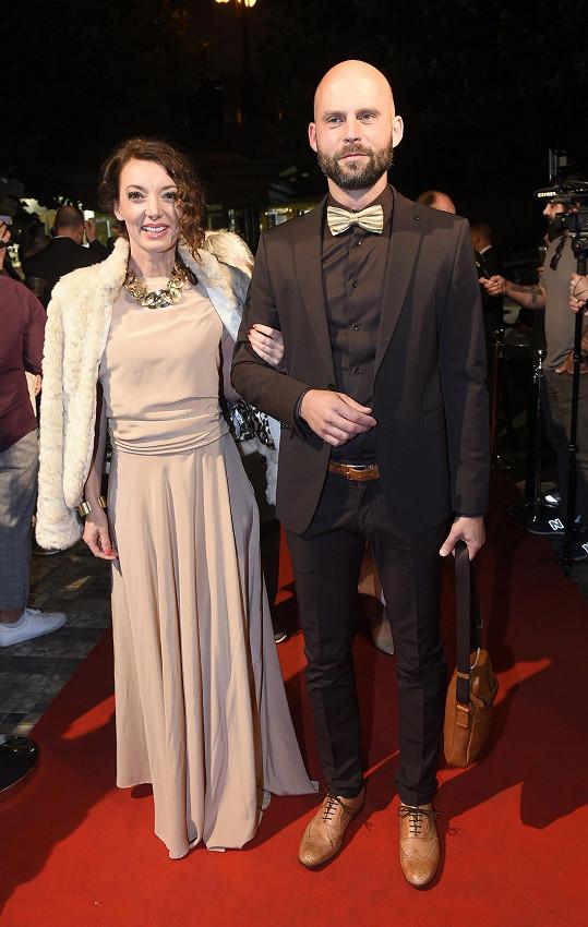 Dasha s manželem Ondřejem Slukou na premiéře dokumentu Karel