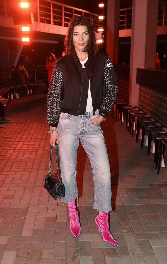 Bomber Ana Locking a džíny Zara by možná zapadly v davu, kdyby tento celek Monika Koblížková nepovýšila růžovými sametovými střevíci Balenciaga.