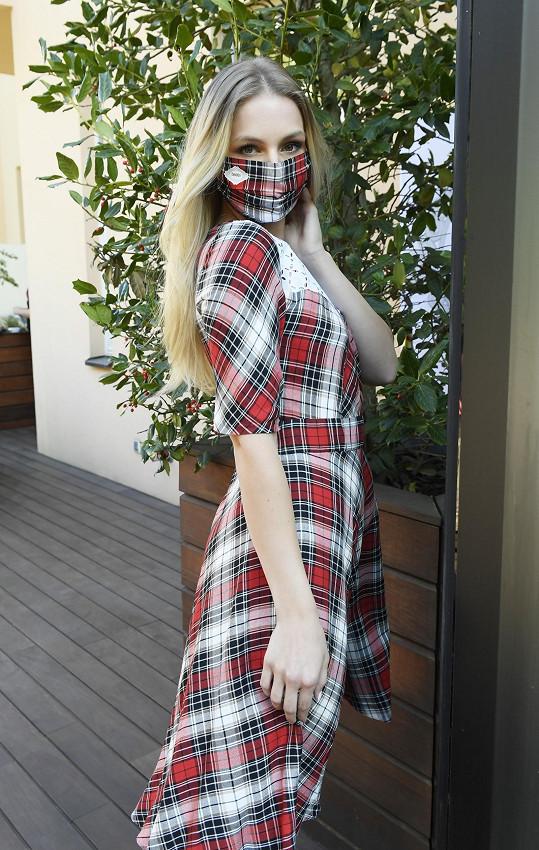 Karolína v roušce sladěné se šaty.