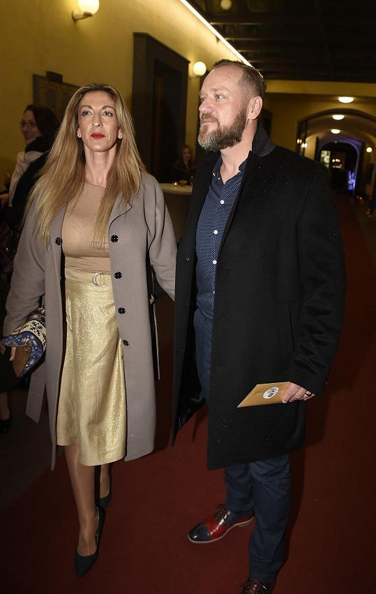 Filip Blažek s manželkou ve společnosti