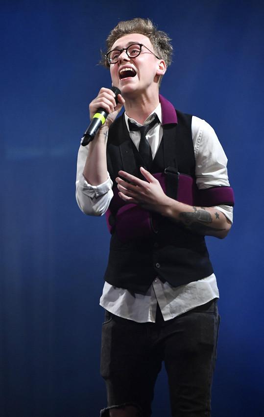 Vojta na finálovém večeru také zpíval.