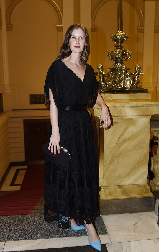 Jana v krásných šatech od slovenského návrháře Richarda Rozbory