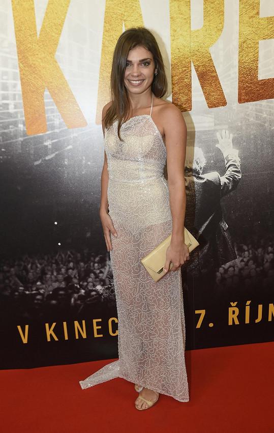Vynesla šaty od Kamily Vodochodské.