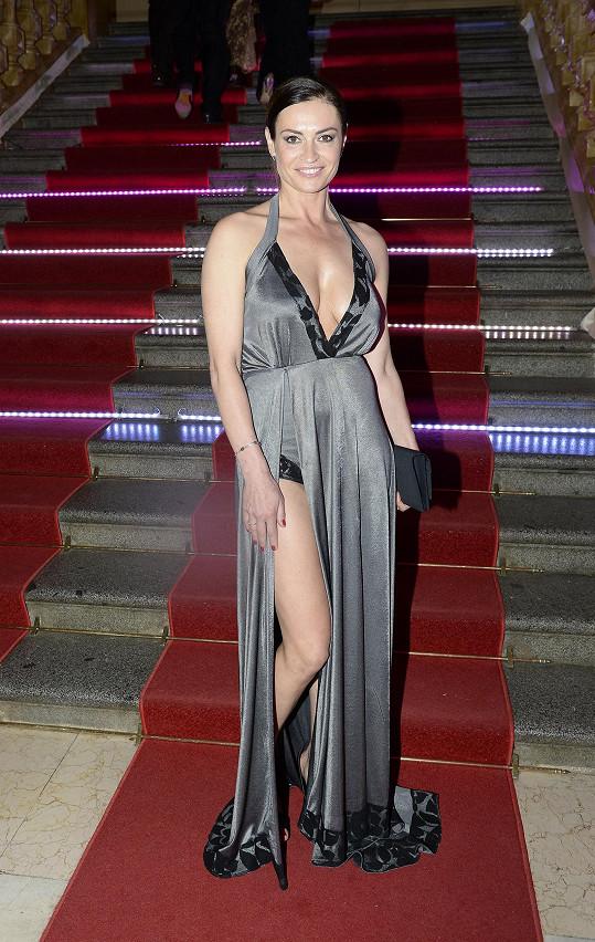 Hanka Kynychová měla hodně odvážné šaty.