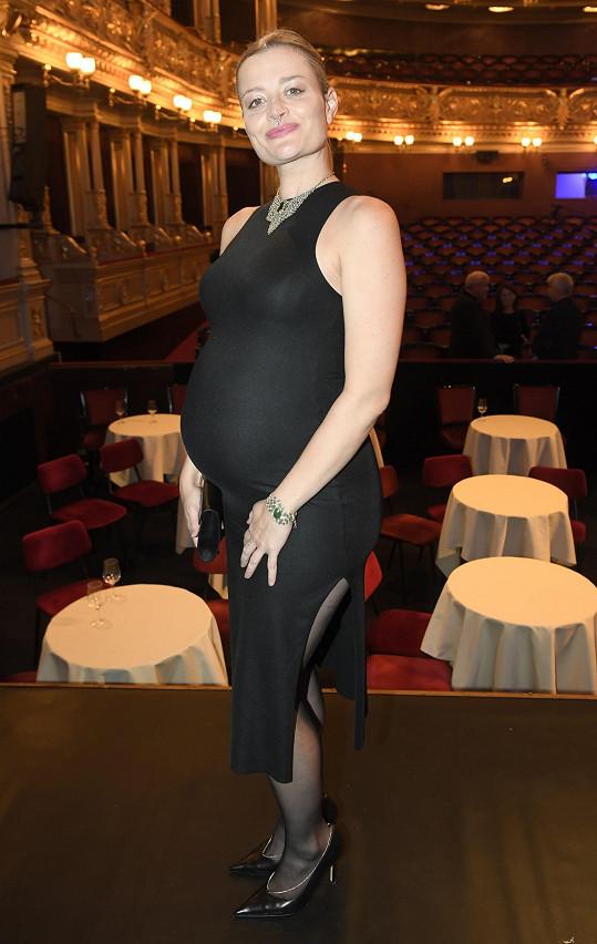 Erika už je v pokročilovém stádiu těhotenství.