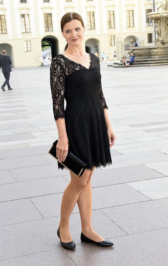 Manažerka Karla Gotta Aneta Stolzová se mohla klidně více odvázat. Pro takto významnou příležitost, kdy dress code přikazoval velkou večerní, měla namísto malých černých zvolit večerní šaty s dlouhou sukní.