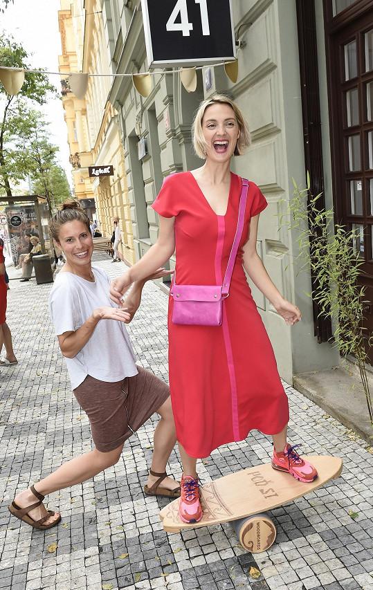 Podpořit ji přišla Eva Samková, která tam má koutek s tričky, které sama navrhla.