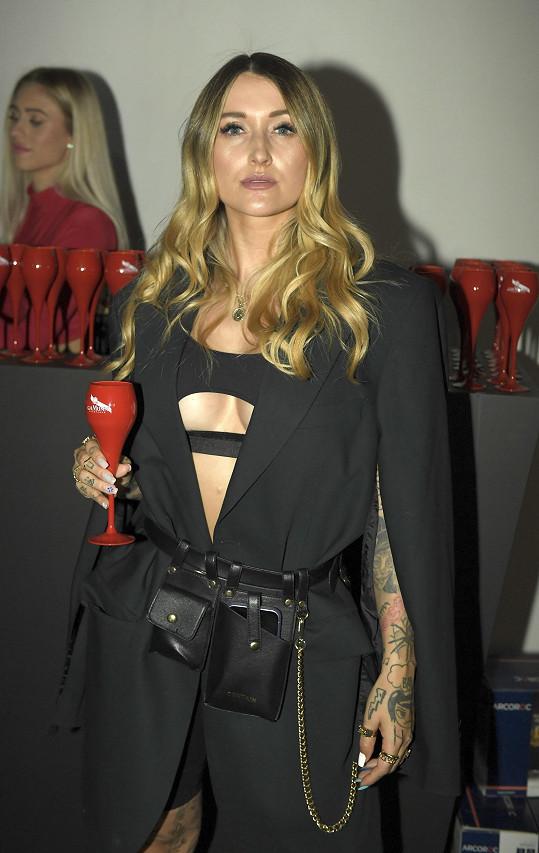 Sharlota v sexy černém outfitu
