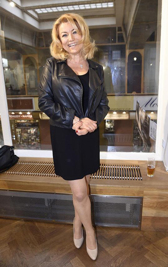 Eva Vejmělková vypadá pořád výborně.