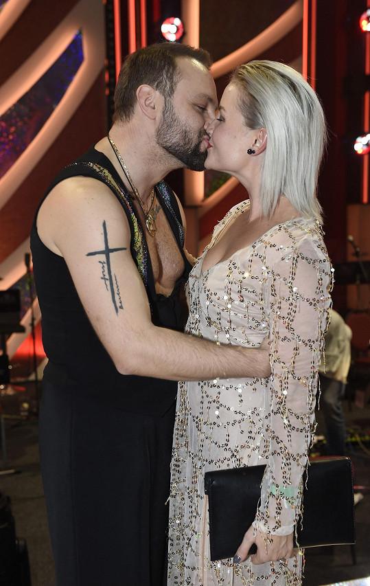 Tanečník své lásce věnoval i vášnivý polibek.