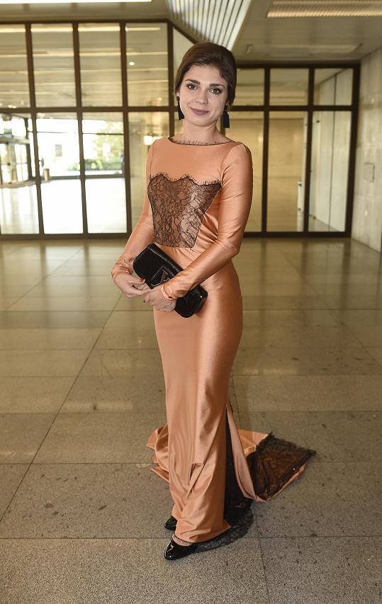 Denisa Pfauserová si připadala v modelu od Kamily Vodochodské jako víla.
