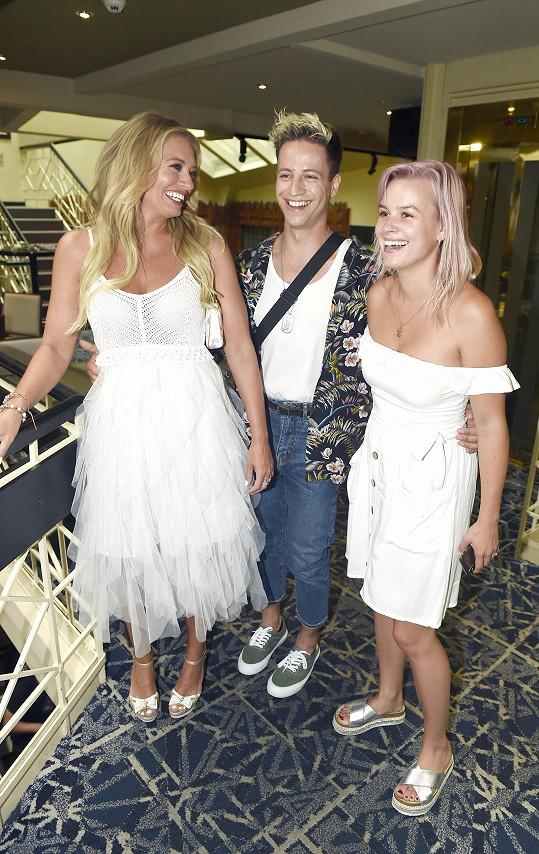 Patricie na párty s Lucií Borhyovou a Milanem Peroutkou