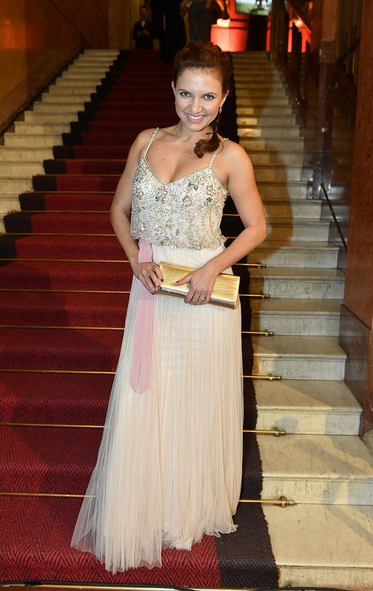 Andrea Košťálová si šaty vybrala v půjčovně.