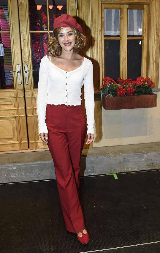 Dominika hraje v Rebelech stejnou roli, jakou ve filmovém zpracování ztvárnila Soňa Norisová.