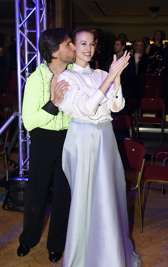 Takhle Petra fandila na charitativní akci, kde si Roman po letech zatančil s taneční partnerkou, s níž v roce 2006 zvítězil ve StarDance.
