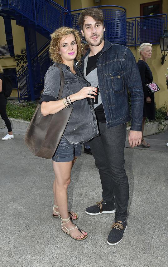Zamilovaný pár si nenechal ujít pražský týden módy.