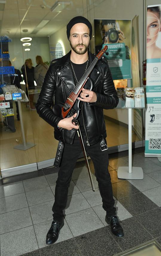 Vlastní nejen neobvyklé housle, vyniká i svým šatníkem.