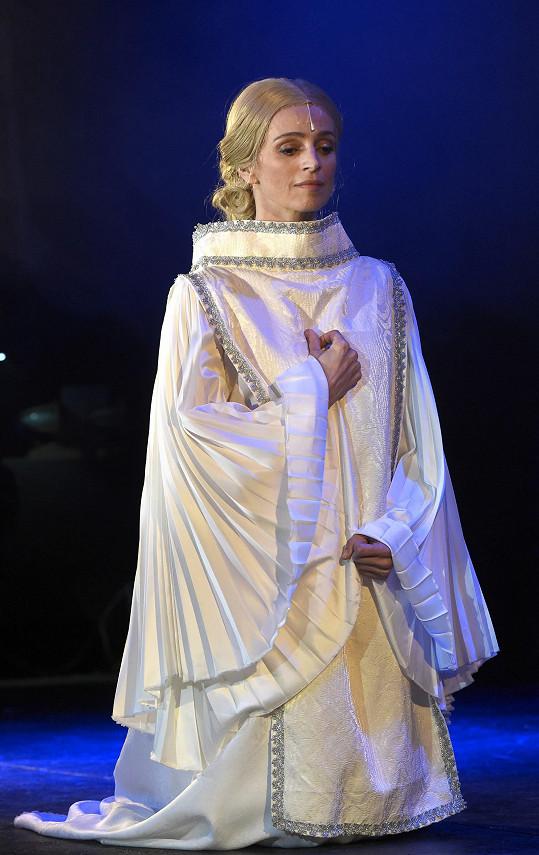 Ivana Jirešová v roli Mary v muzikálu Robinson Crusoe.