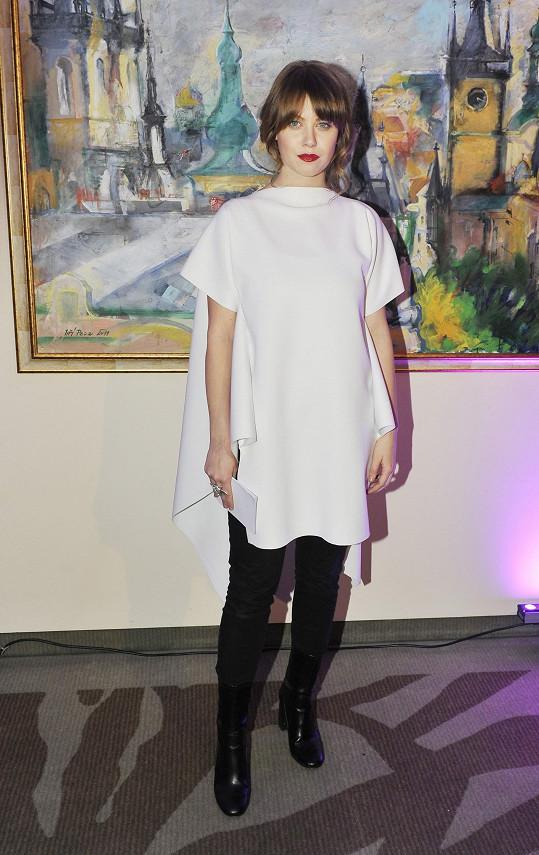 Hlavní roli u tohoto outfitu české módní značky Odivi, který vynesla Jenovéfa Boková, hrál minimalisticky řešený oversize top, nebo chcete-li šaty.
