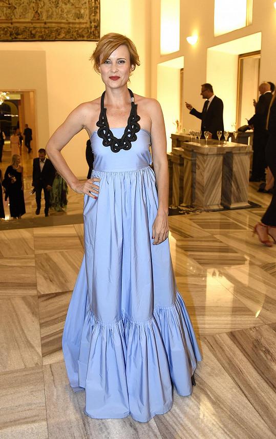 Pro významné večerní akce obléká Jitka Schneiderová většinou šaty od českého návrhářského trojlístku La Formela, nebo ráda sahá po italském módním domu Salvatore Ferragamo. V tomto případě se jedná o druhou variantu, kterou herečka sladila s výrazným náhrdelníkem složeným z provazů.