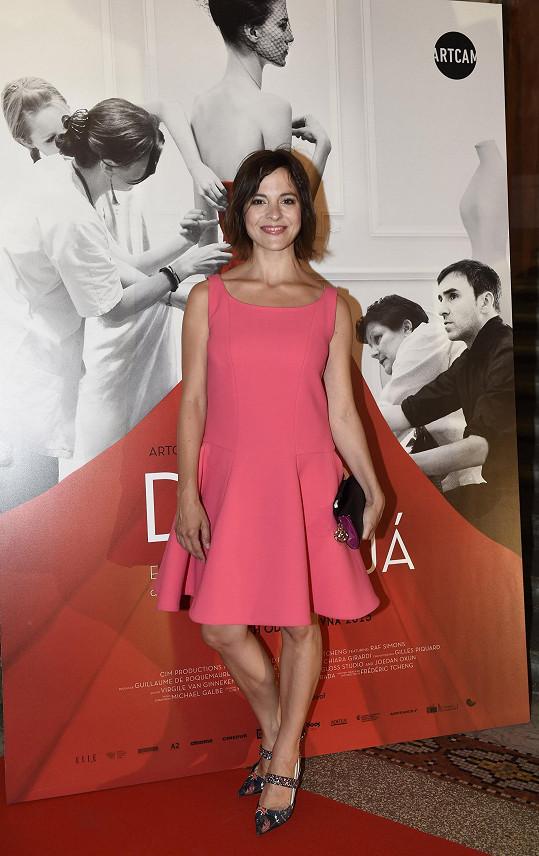 Na společenské akce Kristýna Janáčková obléká většinou modely z řetězce H&M, ale pro tento večer se nechala ochotně obléknout do růžových šatů Dior z aktuální kolekce jaro-léto 2015.