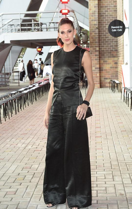 Pokud se zajímáte o outfity Anety Vignerové, tak máte padesátiprocentní šanci, že má na sobě kousek od svého dvorního návrháře Michaela Kováčika. V druhém případě, což je ostatně tento, obléká minimalistické modely módní značky COS, která jejímu výraznému typu dokonale sedí.