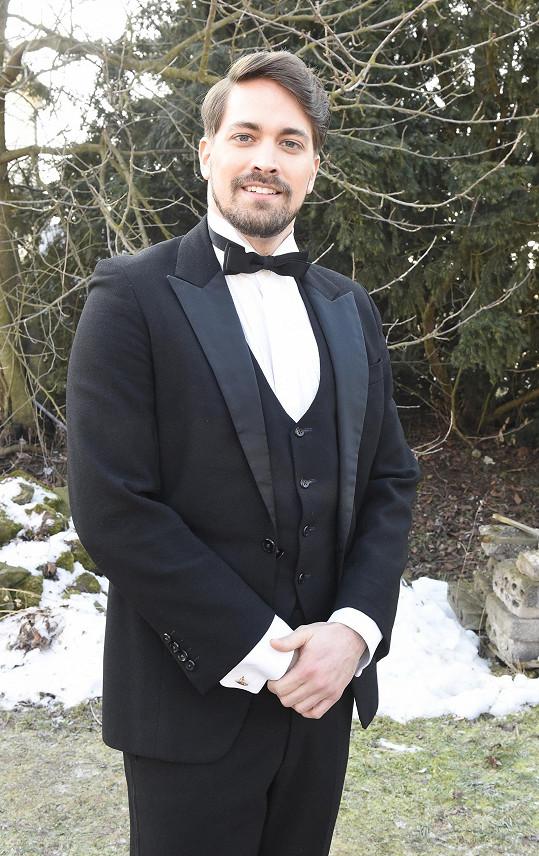 Seriálový Freddy Valenta již vystudoval práva a stará se tak o záležitosti rodinné firmy.
