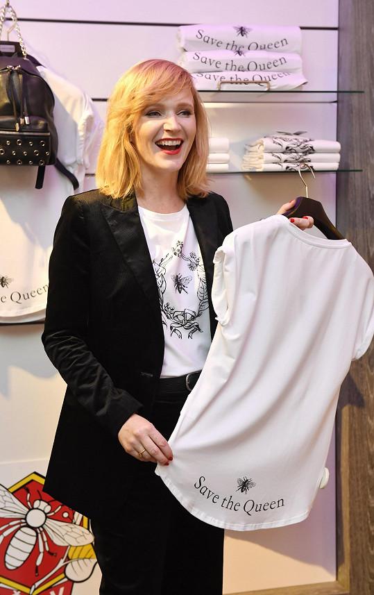 Aňa chtěla na svá trička nápis God Save the Queen, v překladu Bůh ochraňuj královnu, ale Bůh prý neprošel marketingem módního řetězce.