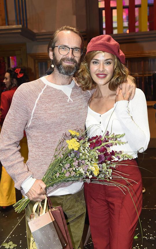 Jejím jevištním partnerem je Jan Révai. Ten hrál ve filmu Šimona a zestárl na roli tatínka a hospodského.