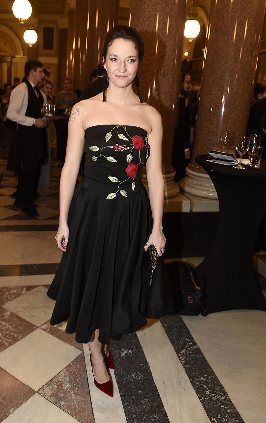 Berenika Kohoutová jako jedna z mála zvolila kratší šaty.