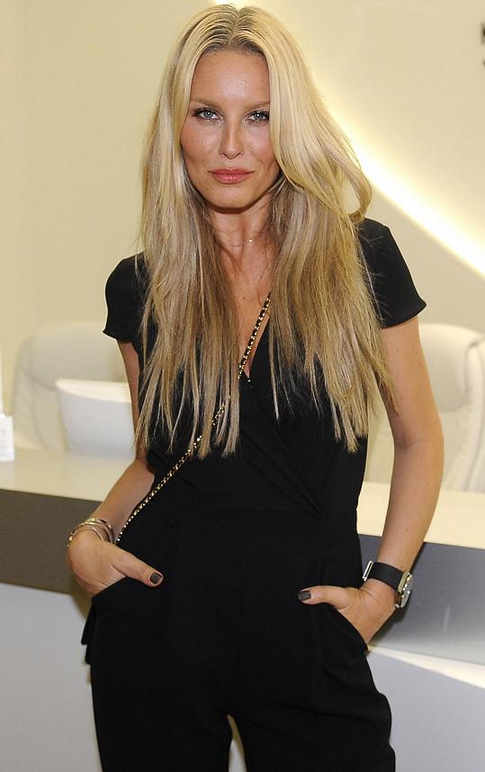 Simona Krainová je rok od roku krásnější.