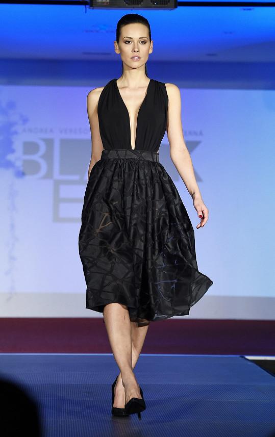 Kateřina Votavová v šatech z kolekce Black Eve, kterou navrhla Andrea Verešová.