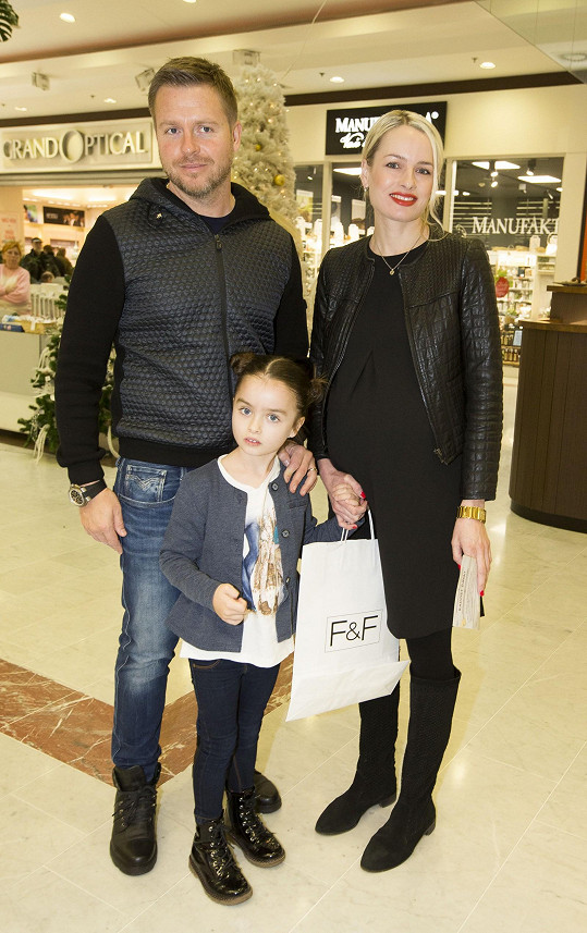 Markéta vyrazila na nákupy pro dobrou věc s dcerou a manželem.