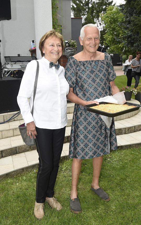 Profesor Jan Pirk s manželkou Blankou si prohodili šaty.