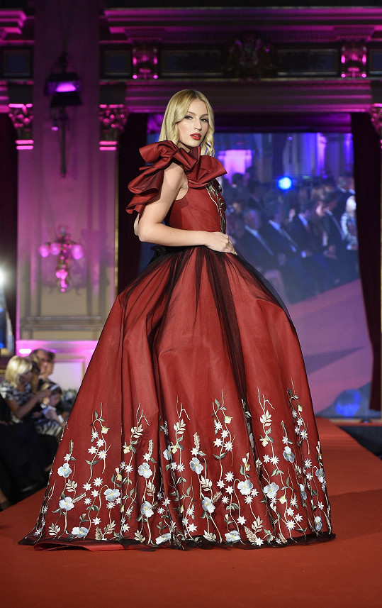 Karolína Mališová v nádherných společenských šatech