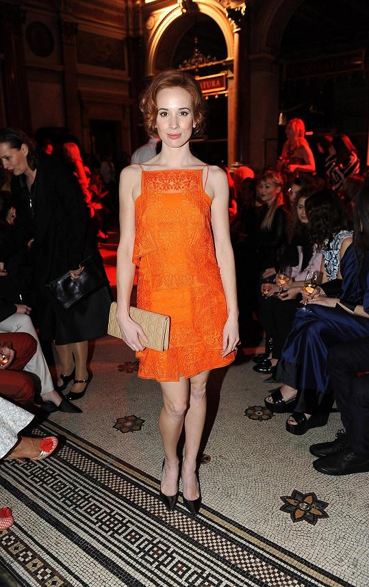 Odvážnou kombinaci zrzavých vlasů a oranžového modelu od Diora ve stylu dvacátých let předvedla Táňa Pauhofová. Výrazné šaty doplnila slovenská herečka pudrovým psaníčkem s typickým vzorem šachovnice cannage.