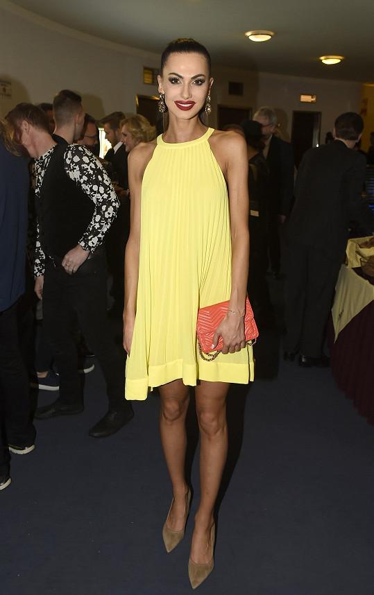 Modelka Eliška Bučková si odehrála premiéru, na večírku se pak objevila v kanárkově žlutém modelu.