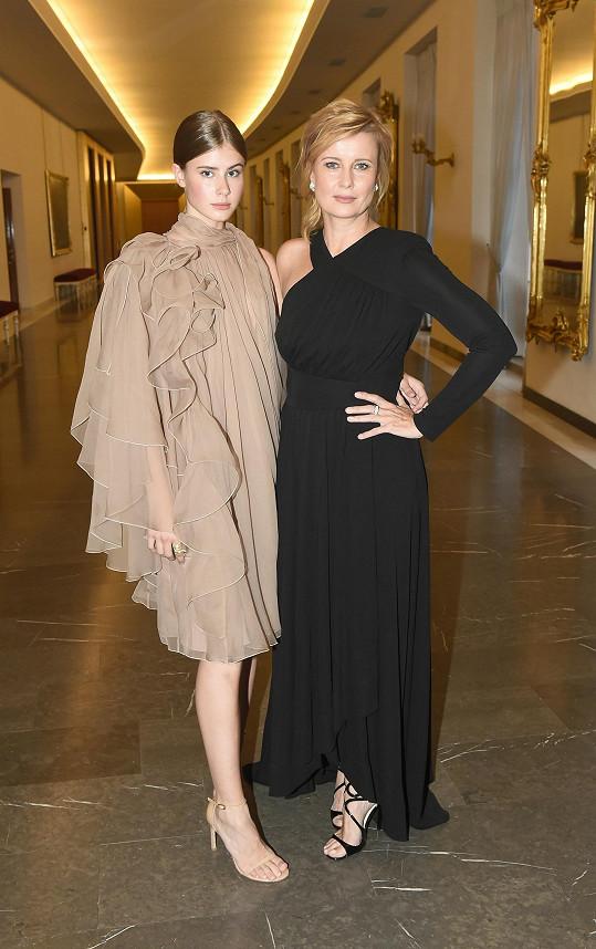 Dcera Sofie oblékla nápaditě řešené šaty s volány Alberta Ferretti.