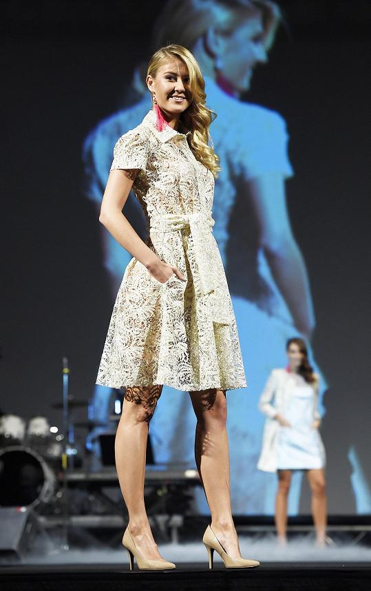Natálka Kotková v šatech Beaty Rajské na charitativní módní show v Lucerně.