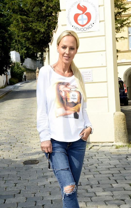 Dříve nosila moderátorka dlouhou blonďatou hřívu.