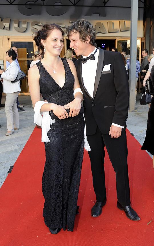 Šaty s velkým výstřihem zvolila i partnerka herce Martina Krause.