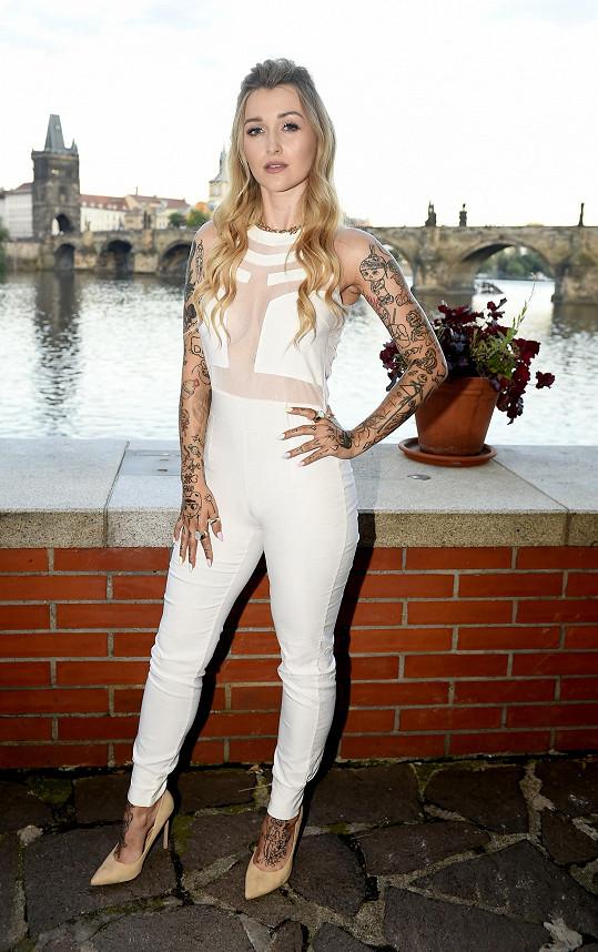 Šarlota Frantinová na párty dorazila v obtaženém bílém overalu.