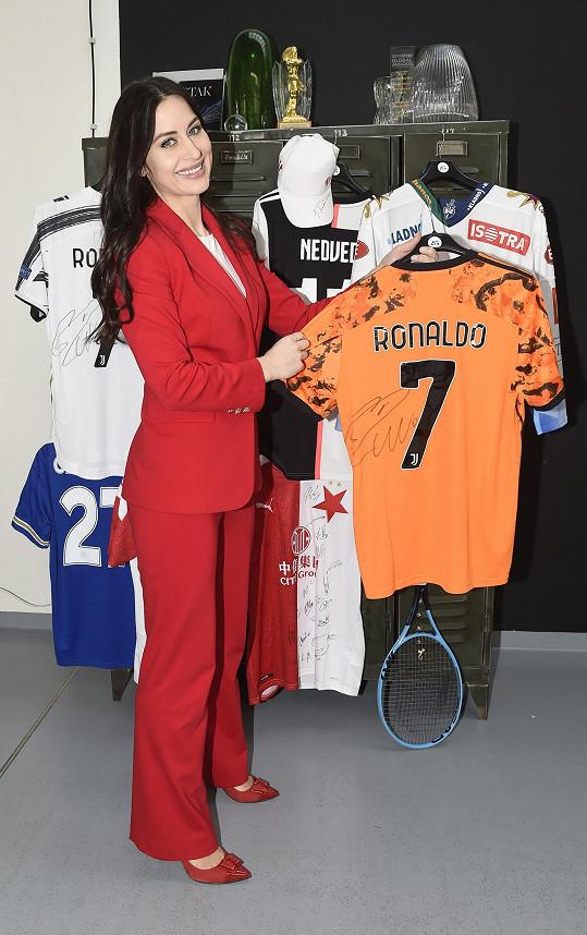 Podepsaný dres Cristiana Ronalda jí pomohl sehnat Pavel Nedvěd.