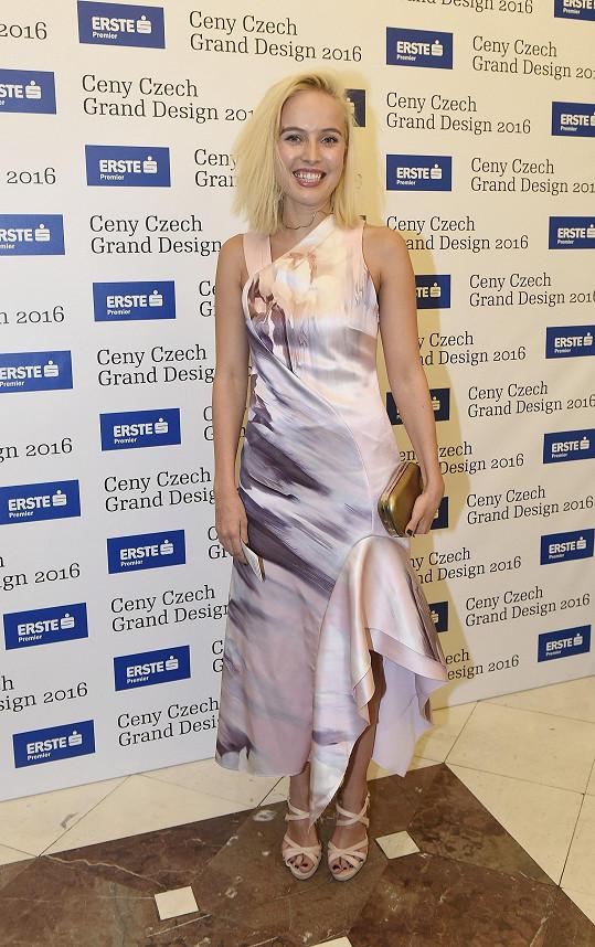 Nový střih a odstín vlasů Tereze Voříškové nesvědčí, stejně jako šaty z módního řetězce H&M s podivně řešenou sukní. Růžový dezén šatů s žíhaným vzorem platinové blondýně vůbec nesedne.