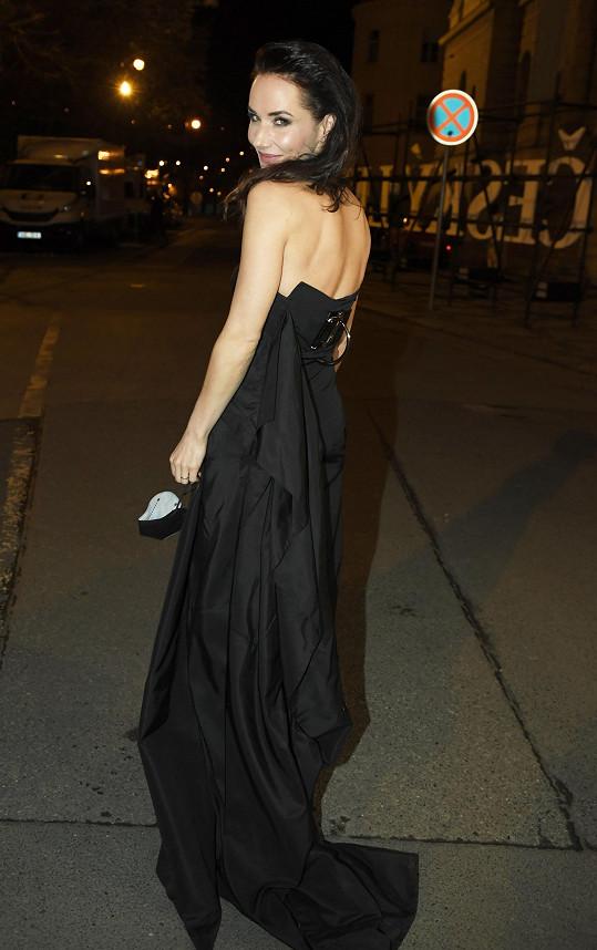 Měla krásné šaty.