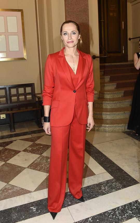 Lucie letos v červeném kostýmu