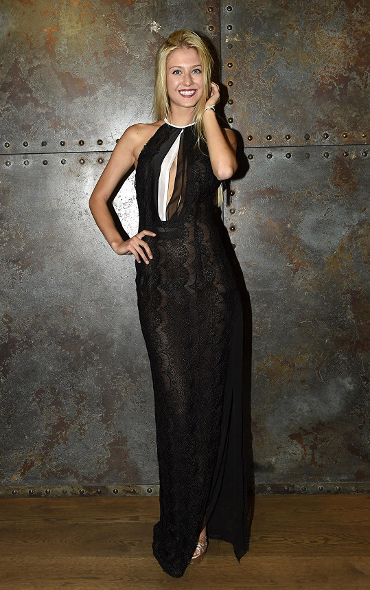 Šaty Natálky Kotkové jsou cudné jen na první pohled, dokud neudělá krok a neukáže celou nohu.