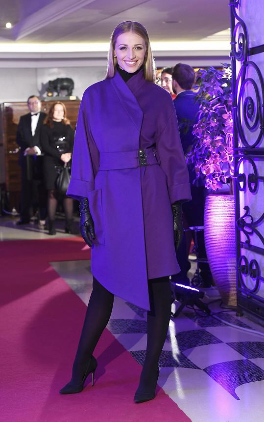 Modelka předvedla dva kabáty.