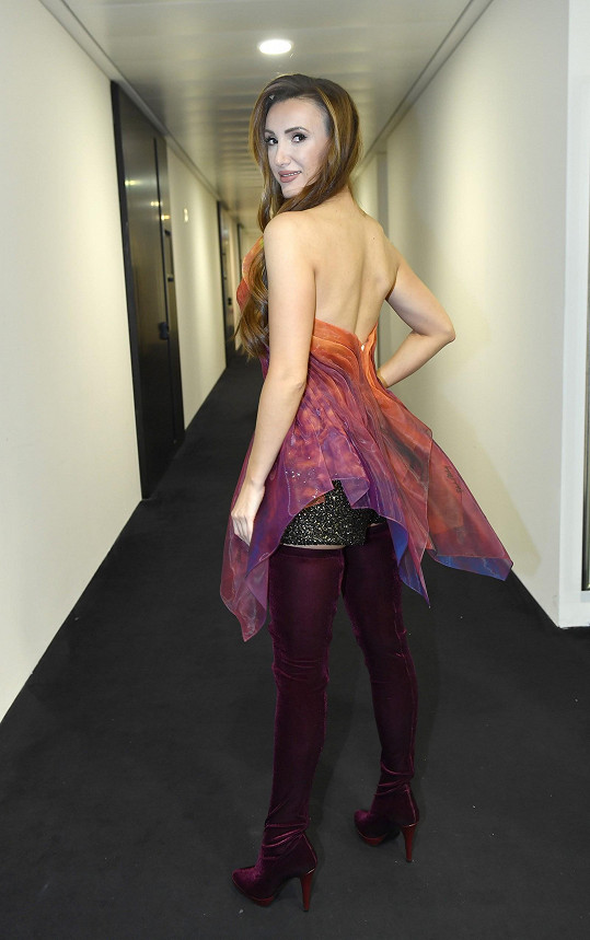 V šatech od této návrhářky se budou fotit i finalistky Miss Czech Republic na oficiální snímky.