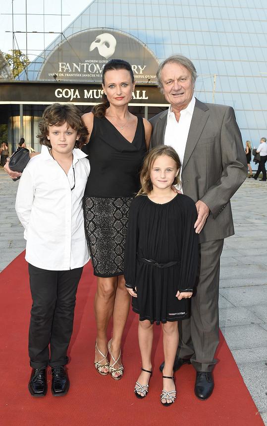 Celá Adamcova rodina před divadlem GoJa Music hall